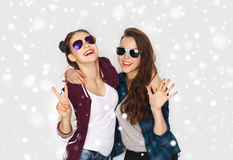 Adolescentes de sourire dans des lunettes de soleil montrant la paix Images libres de droits