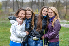 Adolescentes de un grupo que se divierten en parque de la primavera Fotografía de archivo