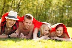 Adolescentes debajo de la manta Fotografía de archivo