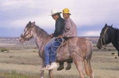 Adolescentes del nativo americano a caballo, nanómetro Imagenes de archivo