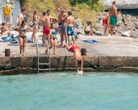 Adolescentes del salto en el Mar Negro en Pomorie Fotos de archivo