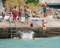 Adolescentes del salto en el Mar Negro en Pomorie, Bulgaria Fotos de archivo libres de regalías