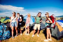 Adolescentes delante de las tiendas con las mochilas, festival del verano Fotos de archivo