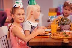 Adolescentes deleitados positivos que estão na celebração do aniversário imagem de stock royalty free