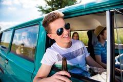 Adolescentes dentro de una cerveza campervan, de consumición vieja, roadtrip Imagen de archivo libre de regalías