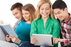 Adolescentes despreocupados. Imagen de archivo libre de regalías