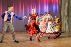Adolescentes dinámicos del baile Imagen de archivo libre de regalías