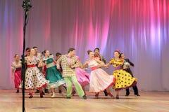 Adolescentes dinámicos del baile Fotografía de archivo libre de regalías