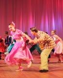 Adolescentes dinámicos del baile Fotos de archivo libres de regalías