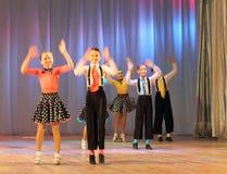 Adolescentes dinámicos del baile Imágenes de archivo libres de regalías