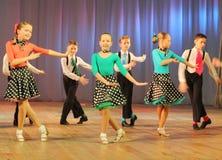 Adolescentes dinámicos del baile Foto de archivo libre de regalías