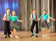 Adolescentes dinámicos del baile Imagenes de archivo
