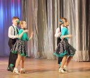 Adolescentes dinámicos del baile Fotografía de archivo