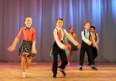 Adolescentes dinámicos del baile Foto de archivo