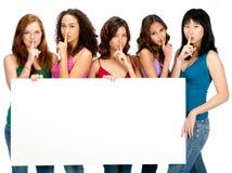 Adolescentes diversos com sinal em branco foto de stock