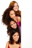 Adolescentes diversos con la muestra en blanco Imágenes de archivo libres de regalías
