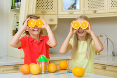 Adolescentes divertidos con la fruta cítrica Tenencia del muchacho y de la muchacha Imagen de archivo