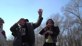 Adolescentes divertidos que bailan y que cantan en el parque metrajes