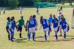 Adolescentes do aquecimento das meninas do futebol do futebol Fotografia de Stock Royalty Free