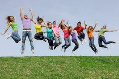 Adolescentes do grupo, salto dos adolescentes Imagem de Stock