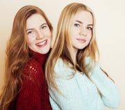 Adolescentes dos melhores amigos junto que têm o divertimento, levantamento emocional Imagens de Stock
