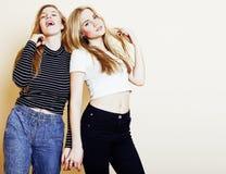 Adolescentes dos melhores amigos junto que têm o divertimento, levantamento emocional fotos de stock