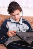 Adolescentes e computador Foto de Stock Royalty Free
