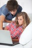Adolescentes e Internet Foto de archivo