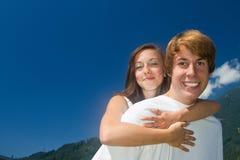 Adolescentes e romance do verão Imagens de Stock