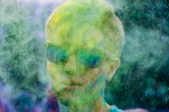 Adolescentes enérgicos jovenes en el festival de pinturas del holi en Rusia foto de archivo