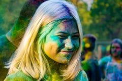 Adolescentes enérgicos jovenes en el festival de pinturas del holi en Rusia imagen de archivo