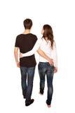 Adolescentes en amor, muchacho y muchacha que abrazan y que caminan. Vista posterior. fotos de archivo libres de regalías