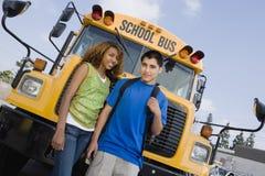 Adolescentes en autobús escolar Imagenes de archivo
