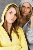 Adolescentes en chaqueta encapuchada Foto de archivo