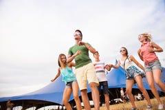 Adolescentes en el baile del festival de música del verano delante de la tienda Fotografía de archivo libre de regalías