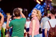 Adolescentes en el baile y el canto del festival de música del verano Fotos de archivo