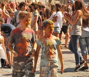 Adolescentes en el festival de colores Fotos de archivo