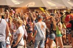 Adolescentes en el festival de colores Imagen de archivo