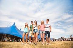 Adolescentes en el festival de música del verano delante de la tienda azul grande Fotografía de archivo