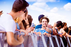 Adolescentes en el festival de música del verano, en la barrera Fotos de archivo libres de regalías