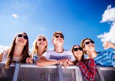Adolescentes en el festival de música del verano, en la barrera Imagen de archivo