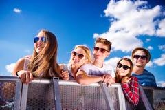 Adolescentes en el festival de música del verano, en la barrera Fotografía de archivo libre de regalías