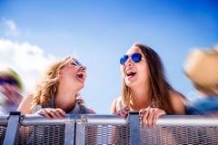 Adolescentes en el festival de música del verano, en la barrera Fotos de archivo