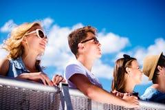 Adolescentes en el festival de música del verano, en la barrera del control Imagen de archivo