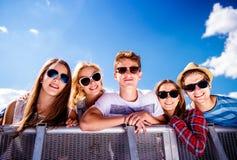 Adolescentes en el festival de música del verano, en la barrera del control Foto de archivo libre de regalías