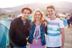 Adolescentes en el festival de música del verano, puesta del sol Fotos de archivo libres de regalías