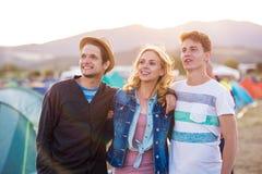 Adolescentes en el festival de música del verano, puesta del sol Foto de archivo libre de regalías