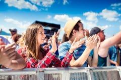 Adolescentes en el festival de música del verano que aplaude y que canta Fotos de archivo libres de regalías