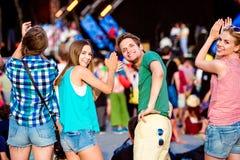 Adolescentes en el festival de música del verano que aplaude y que canta Fotografía de archivo