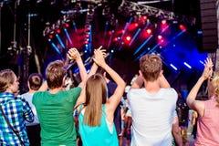 Adolescentes en el festival de música del verano que aplaude y que canta Imagenes de archivo